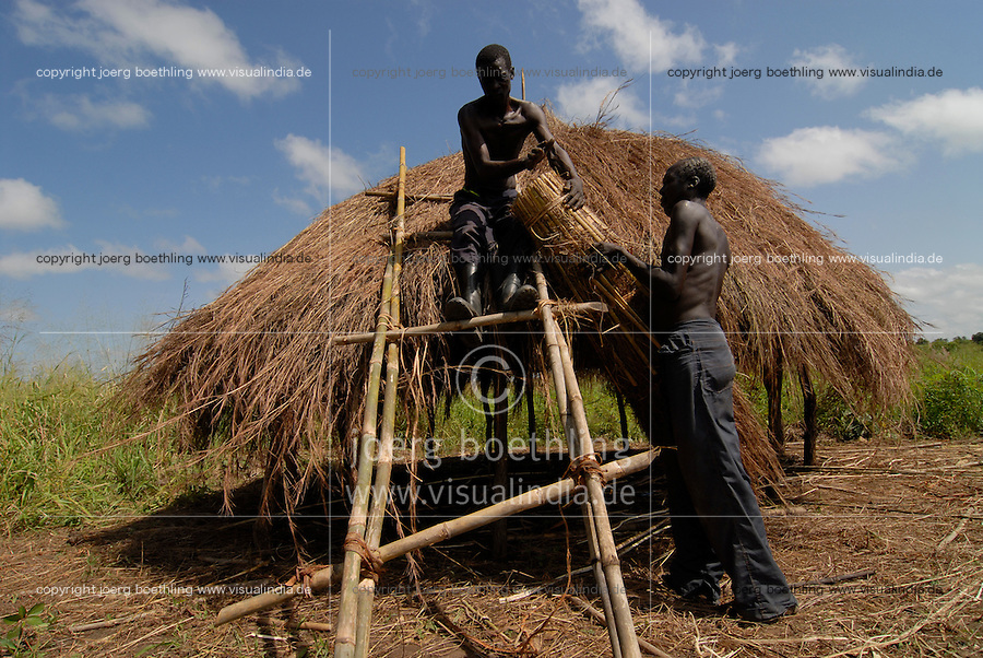 "Afrika Uganda Norduganda Kitgum ,  Fluechtlinge des Buergerkrieg zwischen LRA und Regierungstruppen , kehren nach Friedensabkommen zurueck in ihre Doerfer, bauen neue Haeuser  - laendliche Entwicklung Frieden Menschen   Afrikaner afrikanisch xagndaz | .Africa Uganda Kitgum , refugees of civil war between LRA and Ugandanian army return back to their villages after the peace negotiation and start house building farming etc  - rural development agriculture foreign aid refugee peace | [ copyright (c) Joerg Boethling / agenda , Veroeffentlichung nur gegen Honorar und Belegexemplar an / publication only with royalties and copy to:  agenda PG   Rothestr. 66   Germany D-22765 Hamburg   ph. ++49 40 391 907 14   e-mail: boethling@agenda-fototext.de   www.agenda-fototext.de   Bank: Hamburger Sparkasse  BLZ 200 505 50  Kto. 1281 120 178   IBAN: DE96 2005 0550 1281 1201 78   BIC: ""HASPDEHH"" ,  WEITERE MOTIVE ZU DIESEM THEMA SIND VORHANDEN!! MORE PICTURES ON THIS SUBJECT AVAILABLE!! ] [#0,26,121#]"