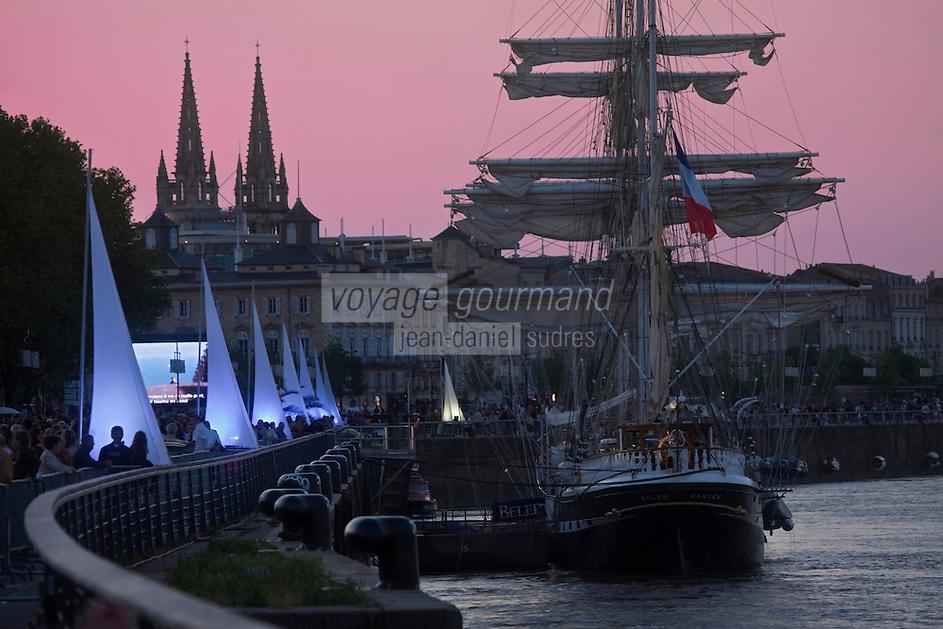 Europe/France/Aquitaine/33/Gironde/Bordeaux: Les quais du Port de la Lune  et le Belem pour la Fête du Fleuve - en fond le clocher de Notre-Dame  des Chatrons