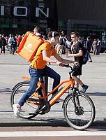 Nederland - Rotterdam - 2018.  Bezorger van Thuisbezorgd op de fiets.  Foto Berlinda van Dam / Hollandse Hoogte