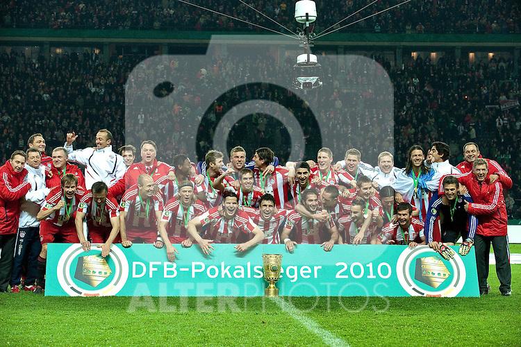 15.05.2010, Olympia Stadion, Berlin, GER, DFB Pokal Finale 2010,  Werder Bremen vs Bayern Muenchen im Bild  Pokalsieger 2010 - FC Bayern Muenchen - Gruppenbild ..Foto © nph / Kokenge