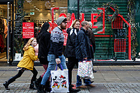 2018 12 24 Last minute Christmas shoppers, Swansea, Wales, UK