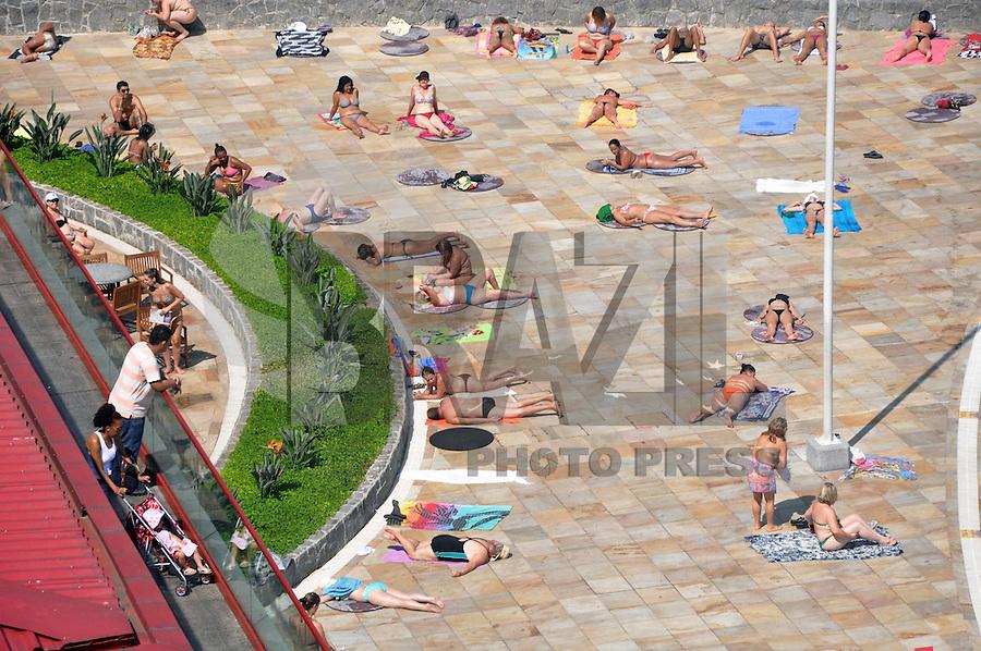 SÃO PAULO, SP, 08 FEVEREIRO 2012  MOVIMENTO PISCINA SESC BELENZINHO. Frequentadores aproveitam as piscinas do SESC Belenzinho, em São Paulo, na tarde desta quarta-feira (08). O dia deve ser de sol com algumas nuvens. Não há previsão de chuva. A temperatura máxima prevista é de 33ºC e a mínima é de 18ºC. FOTO: THAIS RIBEIRO - NEWS FREE.