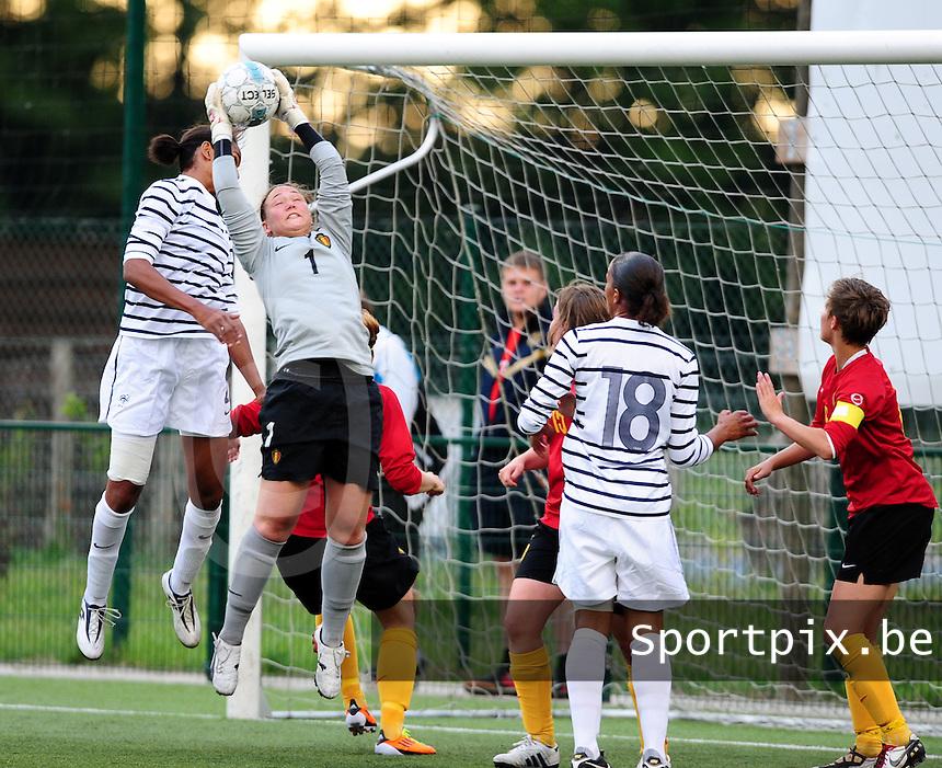 Vriendschappelijke interland vrouwenvoetbal : Belgium A - France A te Nieuwpoort ;..Kelly Ickmans plukt de bal uit de lucht..foto DAVID CATRY / Vrouwenteam.be
