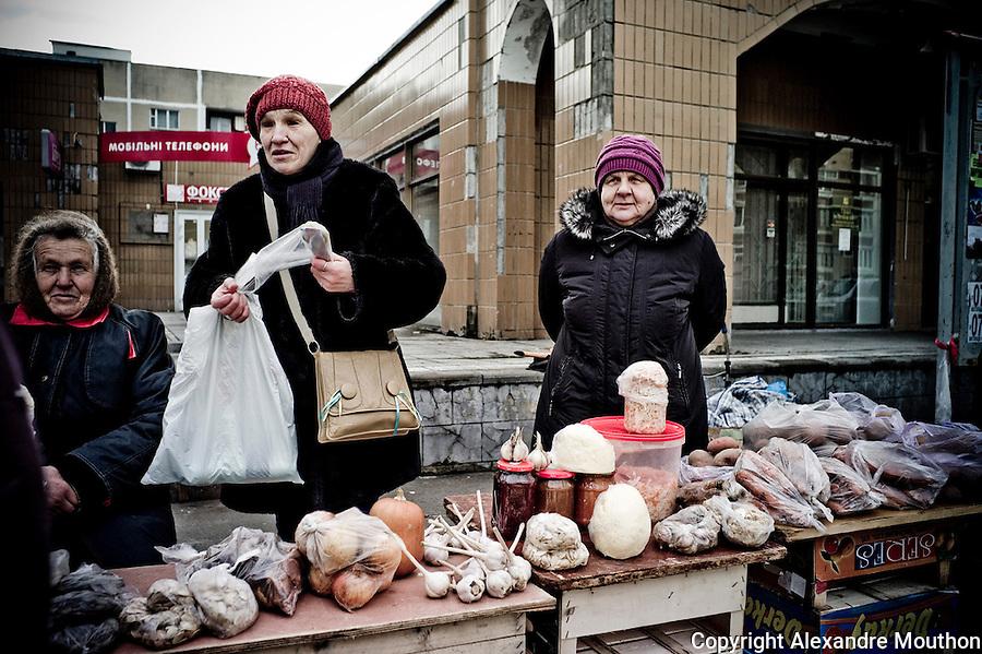 Des babouchka de Slavoutytch. Elles cultivent leurs potagers pour arrondir leur retraite d&eacute;risoire. Les l&eacute;gumes sont contamin&eacute;s par des radionucl&eacute;ides, comme tout ce qui pousse dans la r&eacute;gion de Tchernobyl. En cet hiver 2014-2015, elles sont pr&eacute;occup&eacute;es par leurs petits-fils, qui, comme beaucoup de jeunes de Slavoutytch, ont &eacute;t&eacute; envoy&eacute; au front, &agrave; l'est. Leurs maris ont travaill&eacute; &agrave; Tchernobyl.<br /> <br /> http://www.ladocumentationfrancaise.fr/pages-europe/d000780-ukraine.-slavoutytch-la-ville-de-l-apres-tchernobyl-par-alexandre-mouthon/article