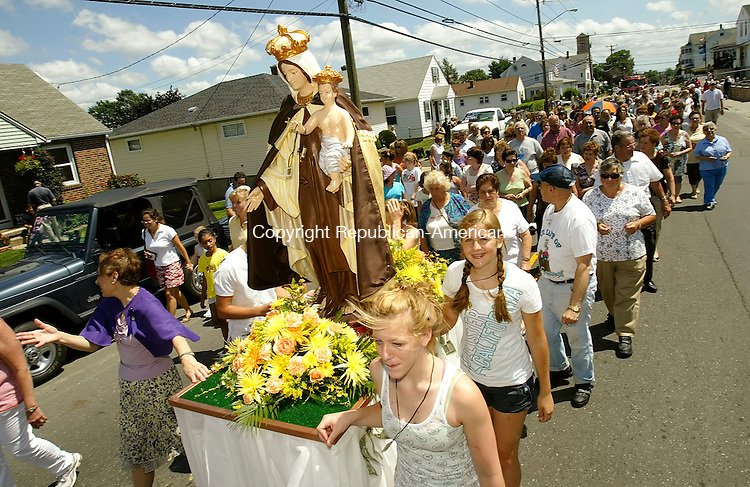 WATERBURY, CT 07/13/08- 071308BZ08- The annual Our Lady of Mount Carmel procession moves along Highland Avenue Sunday afternoon.<br />  Jamison C. Bazinet Republican-American