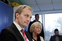 Pia Kjærsgaard og Peter Skaarup på besøg i forskellige institutioner i Københavnerbydelen Tingbjerg. <br /> Foto: Jens Panduro