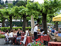 Italien, Lombardei, Comer See, Bellagio: Menschen im Cafe | Italy, Lombardia, Lake Como, Bellagio: people at cafe