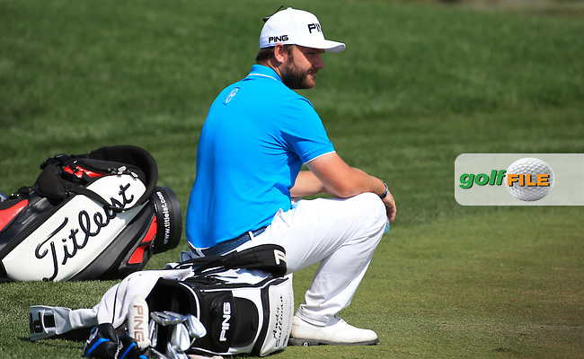 Andy Sullivan (ENG) take a pew during Round One of the 2016 Omega Dubai Desert Classic, played on the Emirates Golf Club, Dubai, United Arab Emirates.  04/02/2016. Picture: Golffile | David Lloyd<br /> <br /> All photos usage must carry mandatory copyright credit (&copy; Golffile | David Lloyd)