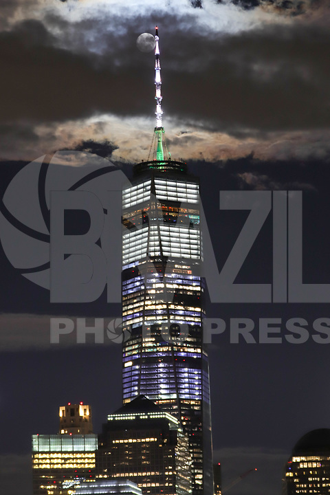 JERSEY CITY, EUA, 12.10.2019 - TURISMO-EUA - Vista da Ilha de Manhattan com o edifício One World à partir de Jersey City em New Jérsey nos Estados Unidos na noite deste sábado, 12. (Foto: William Volcov/Brazil Photo Press)