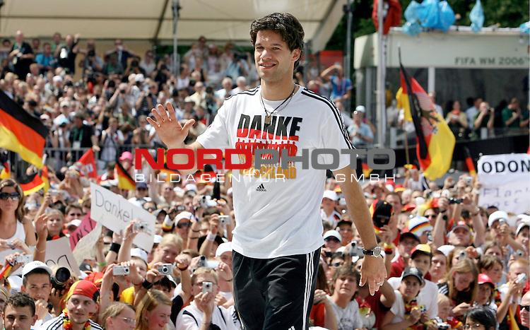FIFA WM 2006 - Feature Fanmeile Berlin<br /> Verabschiedung / Empfang der Deutschen Nationalmannschaft auf der Berliner Fanmeile vor dem Brandenburger Tor<br /> <br /> Michael BALLACK auf der B&uuml;hne  .-<br /> <br /> Foto &copy; nordphoto