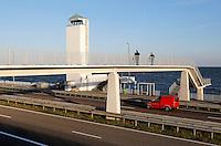 Monument op de Afsluitdijk. Voetgangersbrug over de weg.