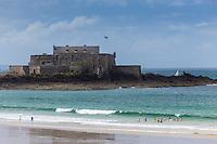 France, Ille-et-Vilaine (35), Côte d'Emeraude, Saint-Malo, Fort National, au premier plan la plage du sillon // France, Ille et Vilaine, Cote d'Emeraude (Emerald Coast), Saint Malo, Fort National is a fort on a tidal island