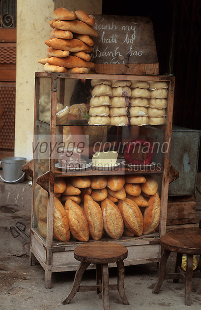 Asie/Vietnam/Hanoi: Le marché - Détail d'un assortiment de pains,  témoignage de l'époque coloniale,  charcuteries et beurre