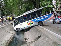 NITER&Oacute;I - RIO DE JANEIRO - RJ,  26 DE JUNHO 2012 - Nesta ter&ccedil;a feira (26) &Ocirc;nibus bate em outro e cai no canal deixando feridos.<br /> Local da colis&atilde;o: Avenida Ar&iacute; Parreiras esquina com Rua Lemos Cunha em Icara&iacute;, zona sul de Niter&oacute;i - RJ. Hora do acidente: As 05-30 da manh&atilde;.<br /> FOTO RONALDO BRAND&Atilde;O/BRASIL PHOTO PRESS