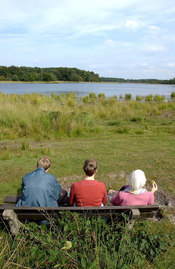 Nederland, Leersum, 8 sept 2002.Natuurgebied het Leersumse veld. Ven en wandelaars die op een bankje uitrusten..wandelaars, rekreatie. ..Foto(c): Michiel Wijnbergh/Hollandse Hoogte