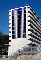 Zonnepanelen  aan de zijkant  van een flatgebouw