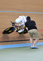 CALI – COLOMBIA – 14-01-2015: Thomas Bouchard, de Francia, campeon del mundo, recibe instrucciones durante entrenamiento en el Velodromo Alcides Nieto Patiño, sede de la III Copa Mundo UCI de Pista de Cali 2014-2015  / Thomas Bouchard, of Francia, champion of the world, receives instructions during a training at the Alcides Nieto Patiño Velodrome, home of the III Cali Track World Cup 2014-2015 UCI. Photos: VizzorImage / Luis Ramirez / Staff.