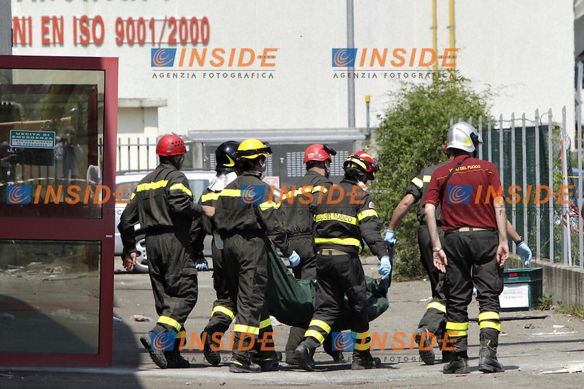 Il corpo di un operaio disperso viene portato fuori da uno dei capannoni ancora in piedi dell'azienda Haemotronic di Medolla, per gran parte rasa al suolo dalla scossa di terremoto di ieri 29 maggio 2012. Il corpo è stato recuperato oggi 30 Maggio 2012. ONE SHOT / INSIDEFOTO
