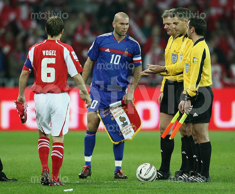 Fussball International WM Qualifikation Schweiz 1-1 Frankreich Platzwahl, Zinedin Zidane (FRA,mitte) und Johann Vogel (SUI,li)