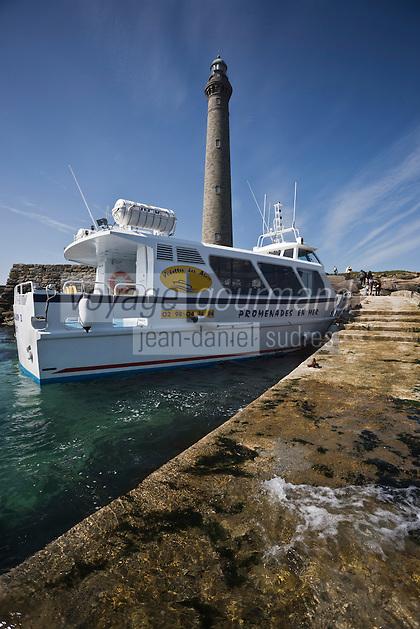 Europe/France/Bretagne/29/Finistère/Lilia: Le Phare de l'Ile Vierge  sur l'océan   à la sortie de l'Aber Wrac'h et vedette d'excursion touristique  sur les Abers