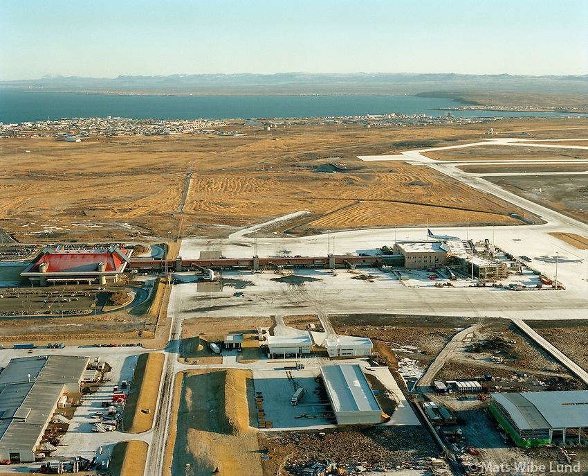 Leifsstöð, byggingaframkvæmdir vegna Schengen.  Keflavíkurflugvöllur Miðneshreppur Loftmynd. 19.01.01..Construction work and general view of Leif Eiriksson Airport.the sivil part of Keflavik airport Terminal Building, extended for Schengen.. Aerial 19.01.01