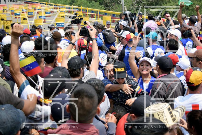 CÚCUTA - COLOMBIA, 23-02-2019: Una integrante de Migración de Venezuela que desertó, en Cúcuta, Colombia, es conducida por voluntarios de la operación humanitaria. / A member of the Migración de Venezuela that defected, in Cúcuta, Colombia, is led by volunteers from the humanitarian operation. Photo: VizzorImage / Manuel Hernández / Cont.