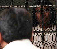 Oaxaca de Juárez, Oax. 06/10/2015.- Luego de que detuvieran 52 jóvenes por disturbios durante la protesta del 2 de octubre en Oaxaca, 4 de ellos fueron procesados, por lo que este martes, sus familiares se movilizaron junto a un grupo de normalistas para protestar en los juzgados penales del centro exigiendo justicia.