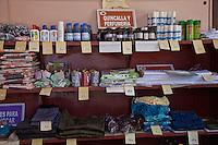L'Avana, negozio di prodotti vari, scaffali con i prodotti esposti