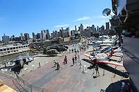 NOVA YORK, EUA, 12.08.2015 - MUSEU-AVIÕES - Vista do Intrepid Sea, Air & Space Museum é um navio porta-aviões, um barco e um submarino de guerra que funcionam como museus. As embarcações estão ancoradas no Pier 86, na 46th Street, no lado Oeste de Manhattan em Nova York nos Estados Unidos nesta terça-feira, 12. (Foto: William Volcov/Brazil Photo Press)