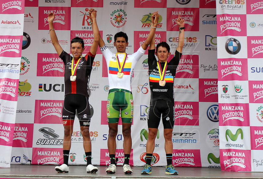 TUNJA - COLOMBIA- 20 - 02 - 2016: Roger Diagama (Cen.) del equipo Boyacá Raza de Campeones medalla de oro, Edward Díaz (Izq.) del equipo GW-Shimano, Medalla de Plata  y Wilmar Castro (Der.) de Cundinamarca., Medalla de Bronce,  durante la prueba ruta sub-23 varones entre las ciudades de Paipa y Tunja en una distancia 115,6 km kilometros de Los Campeonato Nacionales de Ciclismo, que se realizan en Boyaca.  / Roger Diagama (Cen.) of Boyacá Raza de Campeones Gold Medal, Edward Díaz (L) of GW-Shimano, Silver Medal and Wilmar Castro (R) of Cundinamarca., Bonze Medal,  during the route test U-23 men between the towns of Paipa and Tunja at a distance of 115,6 km of the National Cycling Championships performed in Boyaca. / Photo: VizzorImage / Cesar Melgarejo / Cont.