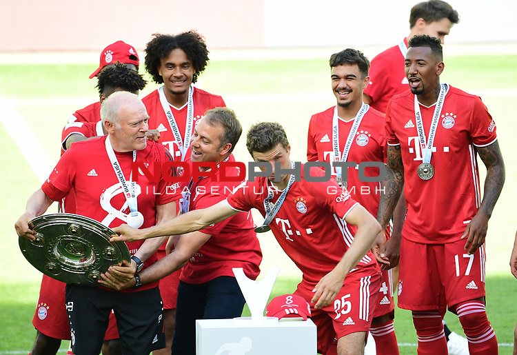 "Deutscher Meister 2020, FC Bayern Muenchen v.l. Co-Trainer Hermann Gerland, Joshua Zirkzee, Trainer Hans-Dieter ""Hansi"" Flick mit Meisterschale, Thomas Mueller, Oliver Batista Meier, Jerome Boateng<br />