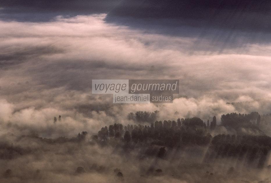 Europe/France/Aquitaine/24/Dordogne/Vallée de la Dordogne/Périgord/Périgord noir/Env de Domme: Brume matinale sur la vallée Vue aérienne