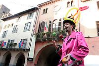 Un artista di strada si esibisce di fronte al Palazzo Comunale di Alba.<br /> A street artist performs in front of the Palazzo Comunale of Alba, Piedmont.<br /> UPDATE IMAGES PRESS/Riccardo De Luca
