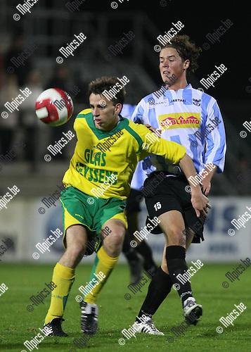 2008-10-25 / Voetbal / Verbr. Geel-Meerhout - Heusden-Zolder / Niels Bekkema met Martijn Plessers (Geel-Meerhout) in de rug..Foto: Maarten Straetemans (SMB)