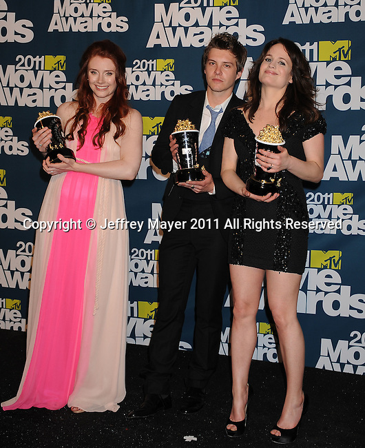 UNIVERSAL CITY, CA - JUINE 05: Bryce Dallas Howard, Xavier Samuel and Elizabeth Reaser  pose in the press room during the 2011 MTV Movie Awards at Universal Studios' Gibson Amphitheatre on June 5, 2011 in Universal City, California.