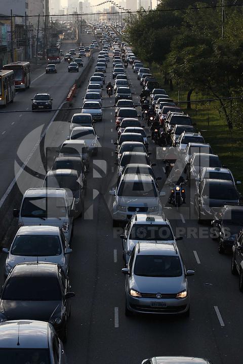 SAO PAULO,SP, 11/06/2012, TRANSITO. A Av. Radial Leste apresenta transito intenso na manha de hoje(11).  Luiz Guarnieri/ Brazil Photo Press.