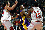 UNITED CENTER CHICAGO USA 15.12.2009.MECZ LIGI NBA CHICAGO BULLS - LOS ANGELES LAKERS 87:96. KOBE BRYANT ZDOBYL 42 PUNKTY I POPROWADZIL LA LAKERS DO 19-GO ZWYCIESTWA W TYM SEZONIE..N Z KOBE BRYANT W SRODKU LOS ANGELES LAKERS.KAMIL KRZACZYNSKI / NEWSPIX.PL..KOBE BRYANT LOS ANGELES LAKERS AGAINST CHICAGO BULLS...---.Newspix.pl