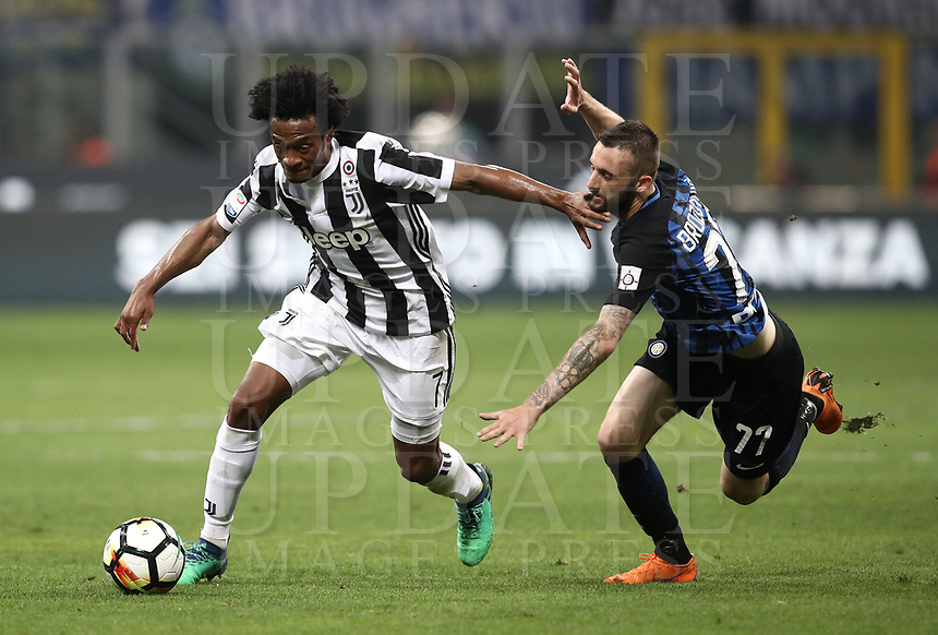 Calcio, Serie A: Inter - Juventus, Milano, stadio Giuseppe Meazza (San Siro), 28 aprile 2018.<br /> Juventus' Juan Cuadrado (l) in action with Inter's Marcelo Brozovic (r) during the Italian Serie A football match between Inter Milan and Juventus at Giuseppe Meazza (San Siro) stadium, April 28, 2018.<br /> UPDATE IMAGES PRESS/Isabella Bonotto