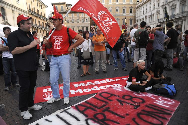 Roma, 6 Settembre 2011.Piazza Navona.Dopo i cortei per lo sciopero generale contro la manovra economica, i manifestanti si preparano a passare la notte in tenda