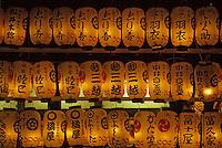 """Asie/Japon/Kyoto: Le parc """"Maruyama"""" et le sanctuaire """"Yasaka Jinja"""" vus de nuit - Détail des lampions allumés"""