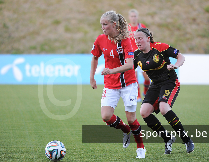 20140718 - Tonsberg , NORWAY : Norwegian Ane Walsoe (left) pictured with Belgian Lucinda Michez (r)  during the female soccer match between Women under 19 teams of Norway and Belgium , on the second matchday in group A of the UEFA Women Under19 European Championship at Tonsberg Stadion , Norway . Friday 18th July 2014 . PHOTO DAVID CATRY