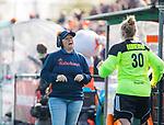 ROTTERDAM -bondscoach Alyson Annan (Ned) met  keeper Kiki Gunneman (Ned) , die haar debuut maakt  tijdens de Pro League hockeywedstrijd dames, Nederland-USA  (7-1) .   COPYRIGHT  KOEN SUYK