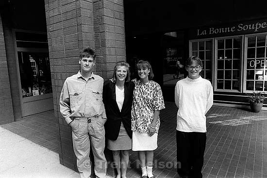 Trent Nelson, Laura Nelson, Jenny ?, Anthony Quayle<br />