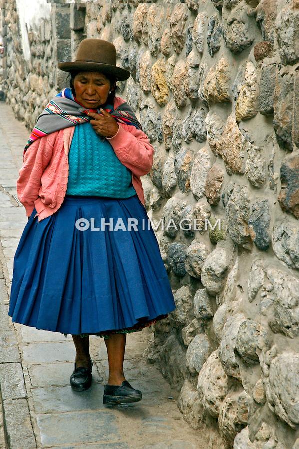 Mulher caminhando em Cusco. Peru. 2006. Foto de Flávio Bacellar.