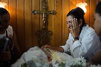 RIO DE JANEIRO, RJ, 24.04.2014 - VELORIO / SEPULTAMENTO DOUGLAS - A apresentadora Regina Case durante velorio do dançarino Douglas Rafael da Silva Pereira, o DG, de 26 anos, no Cemitério São João Batista, em Botafogo, zona sul do Rio, nesta quinta (24). Ele foi encontrado morto na manhã de terça (22) no pátio de uma creche no Morro Pavão-Pavãozinho, em Copacabana. (Foto: Tércio Teixeira / Brazil Photo Press).