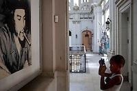 Cuba l'Avana , Museo della rivoluzione, un bambino fortografa l'immagine del Che