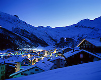 Switzerland, Canton Valais, Sass-Fee: international wintersport resort, evening | Schweiz, Kanton Wallis, Saas-Fee: internationaler Wintersportort, abends