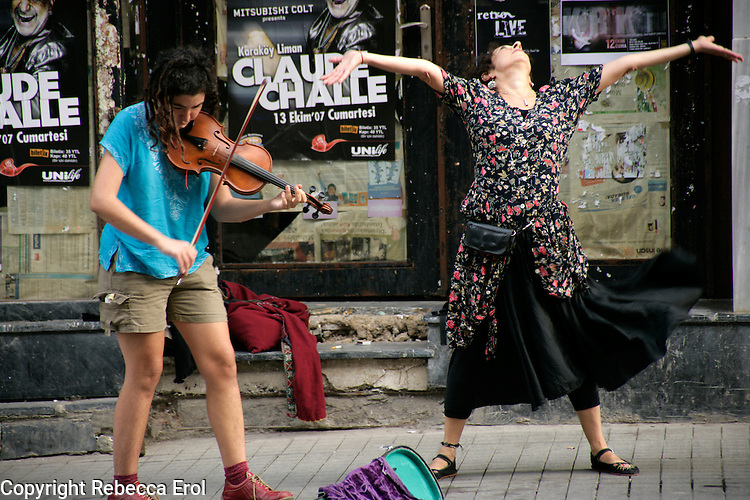 Street performers on Istiklal Street, Beyoglu, Istanbul, Turkey