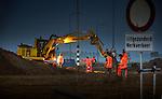 """VINKEVEEN - Op de provinciale weg N210 werkt de Theo Pouw Groep bij het krieken van de dag namens wegenbouwer Van Gelder aan het verwijderen van het wegdek. Als onderdeel van de Reconstructie N201 is de weg tussen Vinkeveen en de kruising N212 het volledige weekend afgesloten om 12.500 m2 teerhoudend asfalt op te breken en te verwijderen, straatstenen weg te halen en nieuwe fundering aan te leggen, Volgens Hans Buys van Theo Pouw waren daarvoor tijdens de piekuren 30 vrachtwagens onderweg. """"Het afgelopen weekend hebben we in totaal voor deze fase 140 vrachtwagens ingezet, vijf shovels en kranen en twee graderen.  Het grote onderhoud tussen Amstelhoek en Vinkeveen duurt tot 2 september, waarbij regelmatig diverse wegvakken worden afgezet. COPYRIGHT TON BORSBOOM"""