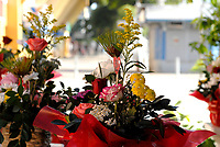 RIO DE JANEIRO, RJ, 11.06.2017 - COMÉRCIO-RJ - Ponto de comércio de flores é visto no bairro de Taquara na região norte do Rio de Janeiro na noite deste domingo, 11, véspera do dia dos namorados. (Foto: Marcus Victorio/Brazil Photo Press)
